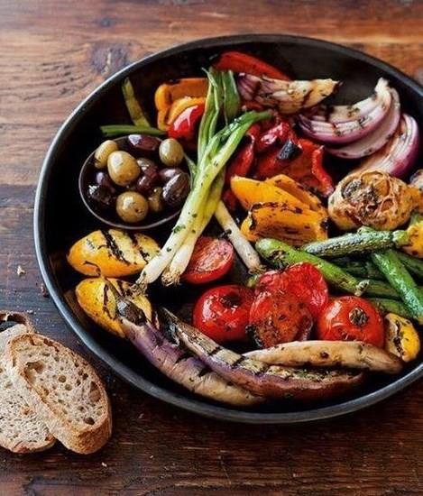 Izgara Sebze  Sağlık habercisi sebzelerin başrolde olduğu bir tarif ızgara sebze...   Malzemeler  2 adet orta boy patlıcan  2 adet orta boy kabak  2 adet orta boy kırmızı biber  10 adet kiraz domates