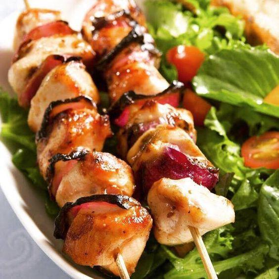 Tavuk Şiş  Kemiksiz ve yağsız fileto tavuk göğüslerinden hazırlanan tavuk şişler diyet listelerine de uygun.  Malzemeler  800 gram fileto tavuk göğsü  4 adet arpacık soğan  1 adet orta boy kırmızı biber