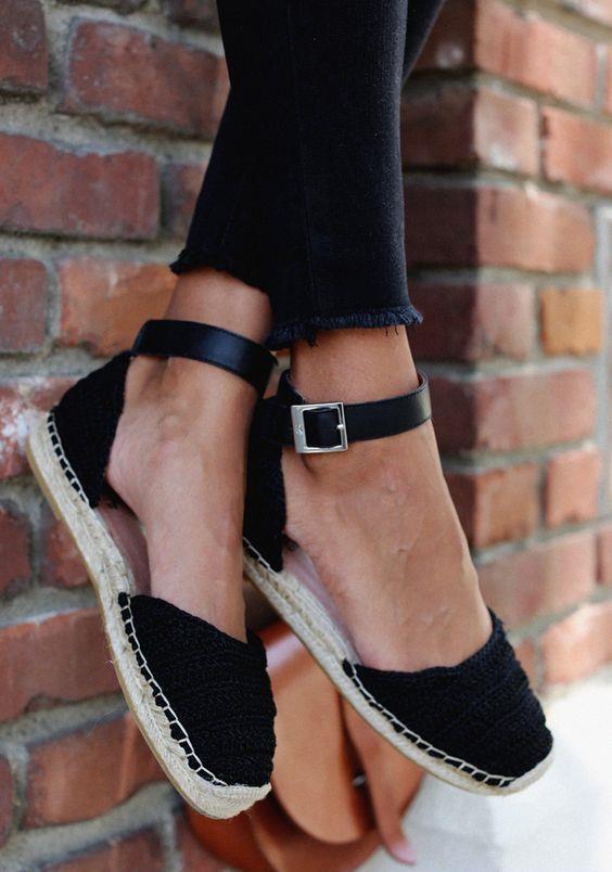 Hepimizin belli bir tarzı vardır ve buna yönelikte bize hitap eden bir ayakkabı… Dolabımızda sürekli aynı tip ve aynı tarz ayakkabılar bulundurmak bizi sıkıcı gösterebilir. İşte daha düzenli ve kullanışlı bir yaz gardırobuna sahip olmak için sahip olmanız gereken 4 ayakkabı modeli…  Kaynak Fotoğraflar: Pinterest