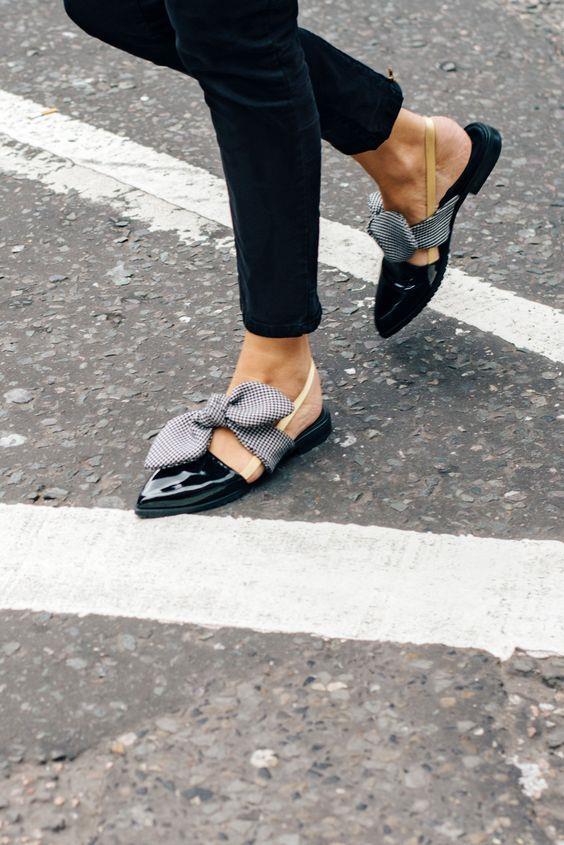 1. Sandalet/Terlik  Yaz denildiğinde akla ilk gelen ayakkabı modellerinden biri olan sandalet, bu yazın trendleri arasında yer alıyor. Siz de yaz dolabınıza en az bir tane sandalet eklemelisiniz.