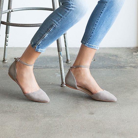 3. Babet  Ayakkabılarda en çok aradığımız şey rahatlıktır. Sokak stilinizden ofis stilinize kadar birçok yerde rahatlıkla kullanabileceğiniz babetler yaz aylarında bulundurmanız gereken başka ayakkabı modellerinden birisi.