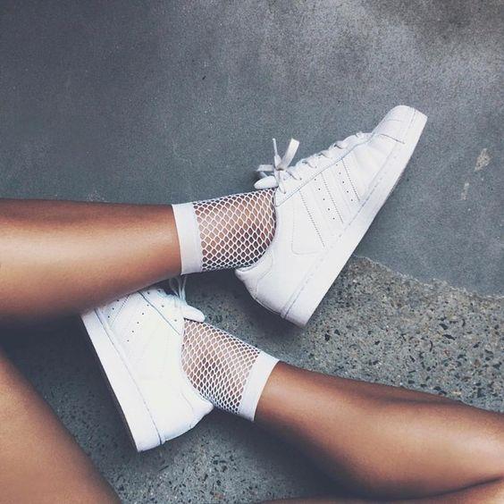 4. Spor Ayakkabı  Zamansız parça denildiğinde akla ilk gelen şey spor ayakkabıdır. Herkesin dolabında en az 1 tane spor ayakkabı mevcuttur. Artık sadece pantolonlarla değil, eteklerle ve elbiselerle de kombinlediğimiz spor ayakkabıları hepimizin vazgeçilmezi…