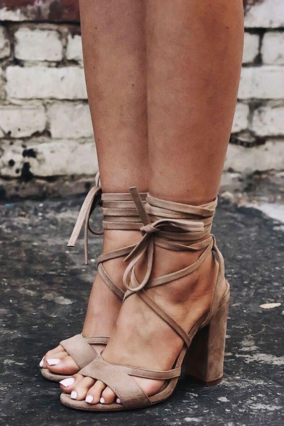 2. Topuklu Sandalet  Yaz başladığında da düğünler davetler başlar. Elbisemiz kadar ayakkabımızda kombinimizin olmazsa olmaz bir parçasıdır. Topuklu sandalet hem rahat hem de şık görünümüyle vazgeçilmeziniz olmaya aday…