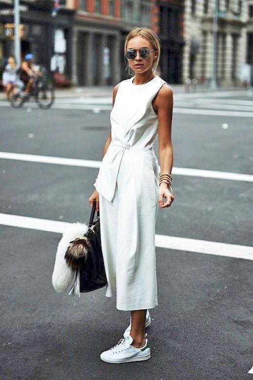 Spor Ayakkabılar  Hem rahat hem de şık olmak istiyorsanız beyaz elbiselerinizi spor ayakkabılarınızla kombinleyebilirsiniz.