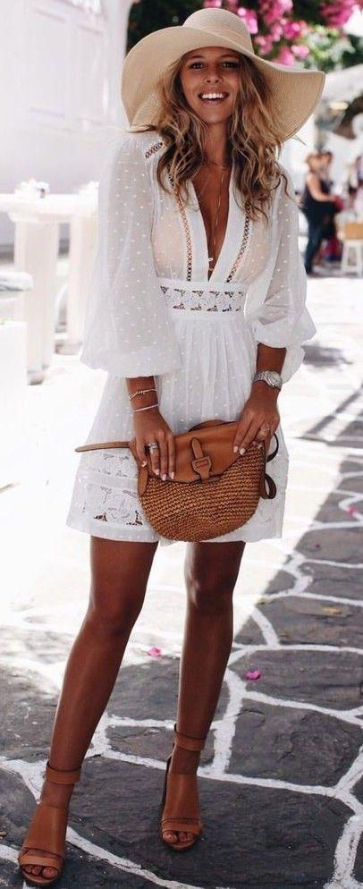 Hasır Çantalar  Bu yazın favori parçalarından olan hasır çantalar beyaz elbiselerinizle uyum içerisinde olacaktır.