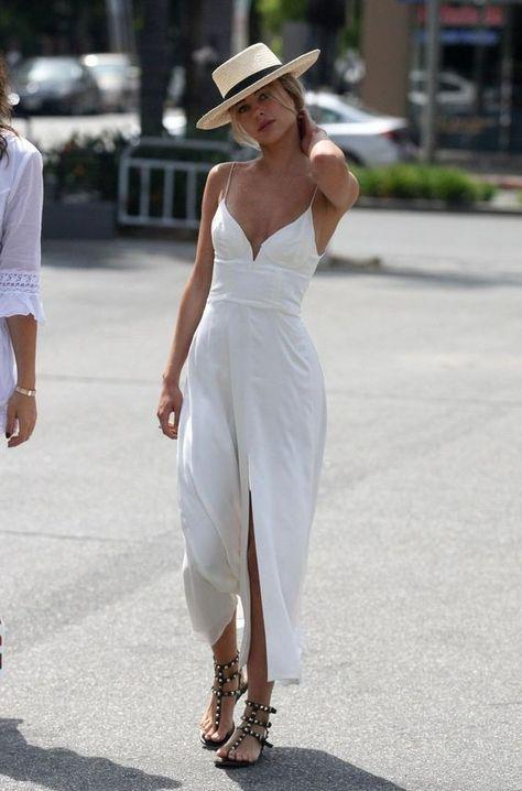Sandaletler  Yazın vazgeçilmezi olan sandaletler beyaz elbiselere farklı bir hava katacak.