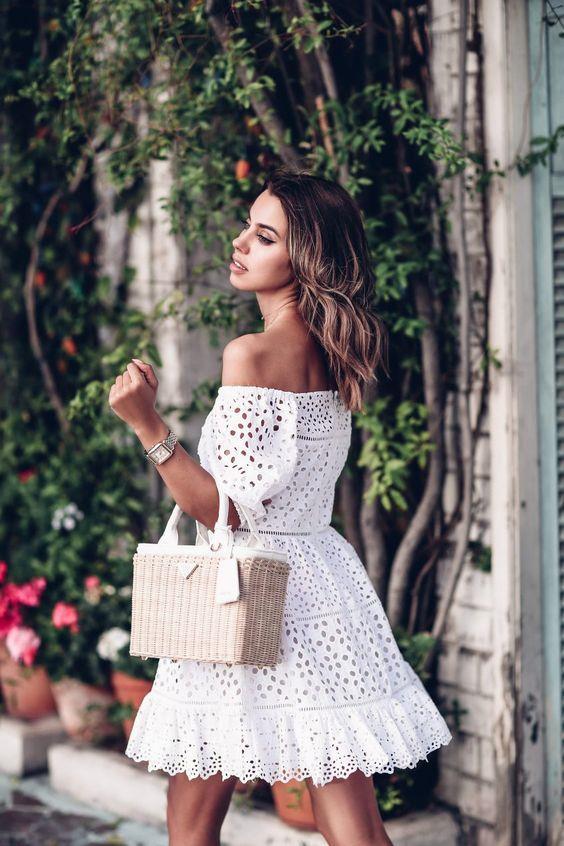 Yaz döneminin en favori parçalarından olan beyaz elbiseler her kadının dolabında olması gereken kurtarıcılardan.  Ofis stilinizde, günlük hayatınızda ya da katıldığınız davetlerde zarafeti ve şıklığı beyaz elbiselerle yakalamanız mümkün.  İşte beyaz elbiseleri farklılaştıracak kombin önerileri…  Kaynak Fotoğraflar: Pinterest