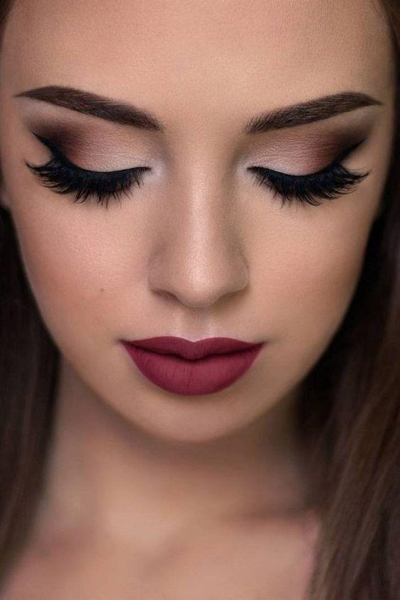 Fakat ne kadar dikkatli sürerseniz sürün eğer yağlı göz kapaklarınız varsa akşama doğru kaçınılmaz olarak göz kapaklarınıza maskara bulaşabilir. Bunu önlemek için kapatıcı veya baz sürebilirsiniz.