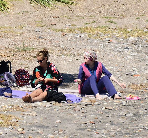Son zamanlarda Instagram hesabından sürekli dini paylaşımlarda bulunan Gamze Özçelik plaj elbisesini üzerinden hiç çıkarmadı.