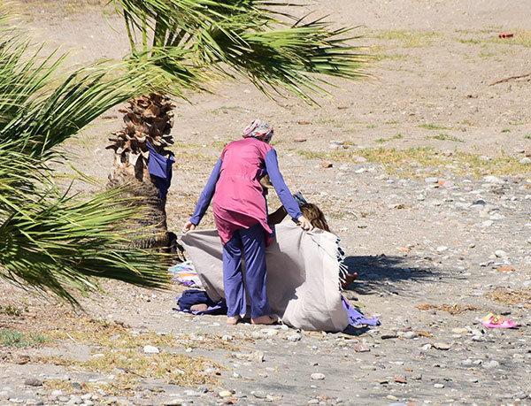 Gamze Özçelik plaj elbisesini değiştiriken kardeşi siper oldu.