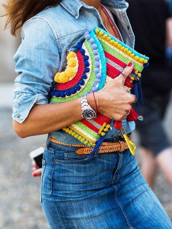 Terazi kadınlarına güzel ve renkli bir çanta, ayakkabı, aksesuar takılar alabilirsiniz.   Alışveriş sırları: Burçlar arasında bel kıvrımı en güzel olan burç Terazi burcudur. Bu yüzden bel kıvrımını ortaya çıkaran etek ya da pantolon tercih etmeliler