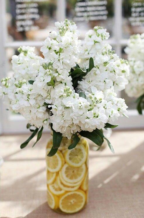 Basit Parçalarla Vazolar  Çiçekçilerden gelen abartılı orta parçayı atlayın ve daha alçakgönüllü bir şeyler yapın. Narenciye vazoları mükemmel ve asitlikleri çiçeklerin daha uzun süre canlı kalmasını sağlayacaktır.