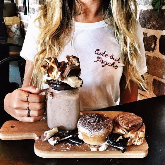 Tatlının Cazibesi Sizi Kandırmasın:  Tatillerde tatlı büfeleri insanı içine çeken bir görsellik içerisinde. Bu nedenle de tatlı büfesine dikkat edin. Tercih ve porsiyon miktarı çok önemli. Sütlü tatlı ya da dondurma tüketmek daha doğru bir yaklaşım olacaktır. Hamur işi ya da kızartma şeklinde yapılan bir tatlı tüketmek istediğinizde ise yarım porsiyon ve öğle yemeğinde tüketmek daha doğru olacaktır.