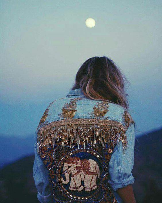 Denim Ceketler:  Etnik desenlerle süslenmiş ceketler boho chic tarzının en şık parçalarından.