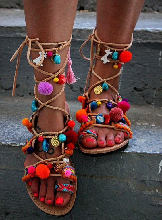 Gladyatör Sandaletler:  Şık ve rahat oluşuyla dikkat çeken sandaletler her parça için uygun.
