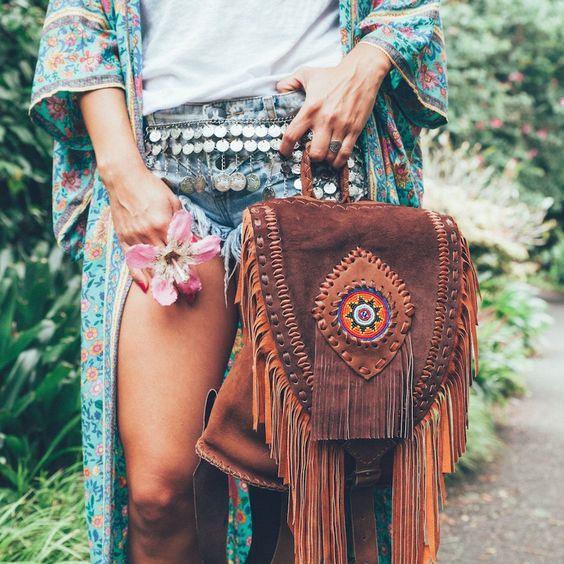 El Çantaları:  Etnik desenler ve püsküllerle süslenmiş olan el çantaları aksesuarlarınızla uyum içinde olacak.
