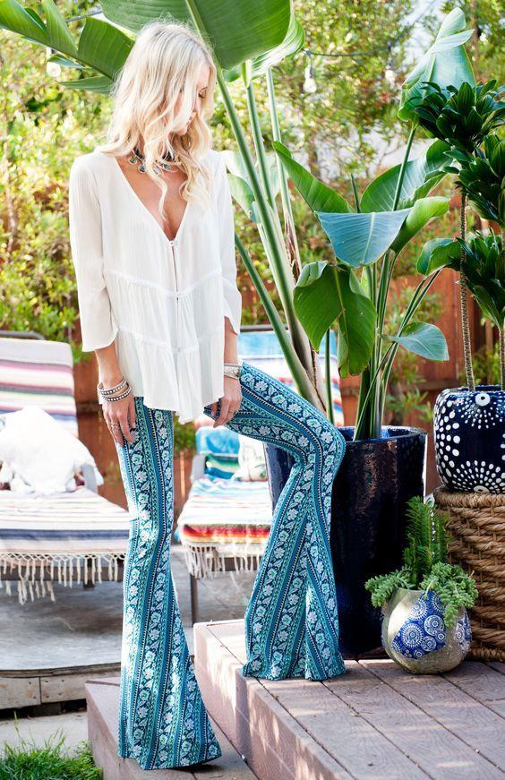 Flare ya da İspanyol Paça Pantolonlar:  70'lerin favori parçalarında olan flare ya da İspanyol paça pantolonlara mutlaka yer vermelisiniz