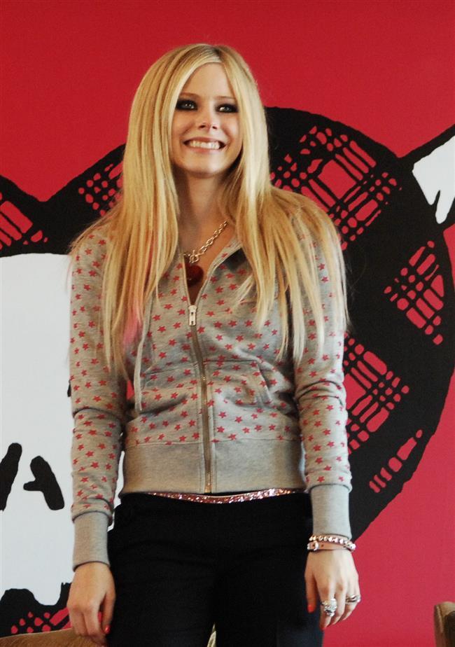Avril Lavigne'nin 2003 yılında öldüğünü ve yerini Melissa Vandella adlı bir dublör aldığı konuşuluyor.