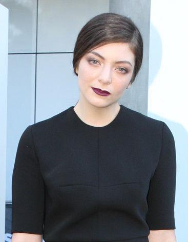 """Yeni Zelanda şarkıcısı Lorde'nin (gerçek ismi Ella Yelich-O'Connor) sıradışı görünüşü """"gerçek"""" yaşı ile ilgili pek çok iddia ortaya atıldı. Bazıları genç yıldızın 40 yaşın üstünde olduğunu söylerken, ilk albümü çıkınca 17 yaşındaydı. Ünlü yıldızın doğum belgesinde 7 Kasım 1996 yazıyor."""