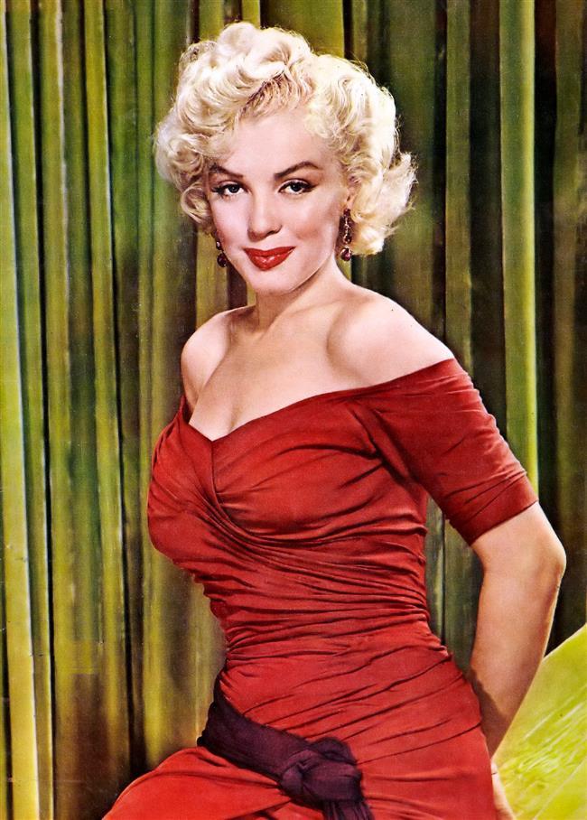 Marilyn Monroe ölümünden yıllar sonra bile hayatının birçok yönüyle ilgimizi çekmeyi başarıyor. Sıradaki söylenti ise Marilyn Monroe'nun vücut ölçüleri... Dedikodulara göre aslında standart olan vücüt ölçüleri 90-60-86 iken onun 86–56–88'di..