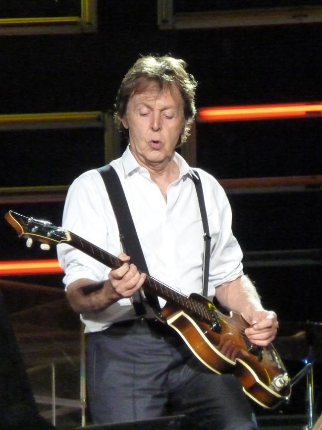 Bu teorinin savunucuları, gerçek Paul McCartney'nin yarım yüzyıl önce bir otomobil kazasında hayatını kaybettiğine inanıyorlar.