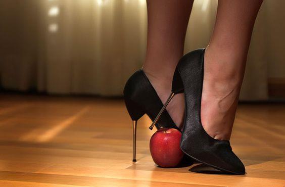 Sivri Topuklar:  İnce topuklar da bacaklarınızı çok daha uzun gösterecektir. Bilekli ayakkabılardan kaçınmalısınız.