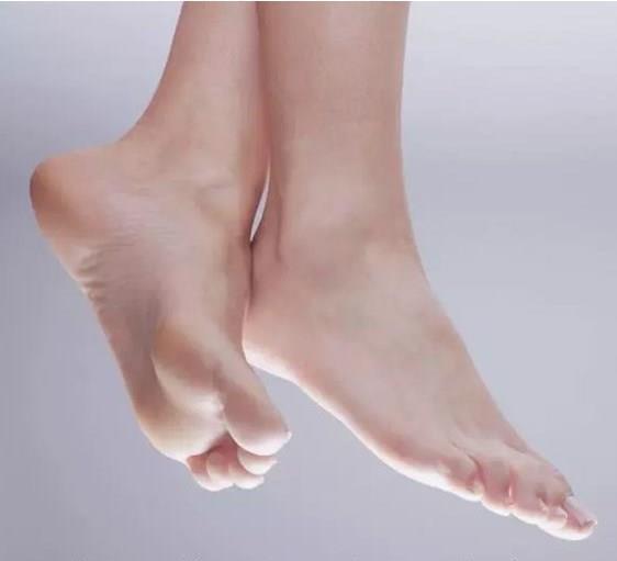 Çatlamış Ayaklar:  Sürekli ayakkabı giymekten ve çok fazla yürümekten ayakta oluşan çatlakları vazelin kullanarak yumuşatabilirsiniz.