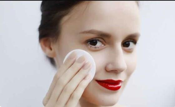 Makyaj Temizleyici:  Vazelin aynı zamanda iyi bir makyaj temizleyici. Pamuk yardımıyla yüzünüzü ovalayın ve yıkayın. Kısa sürede en zor makyajları bile çıkardığını göreceksiniz.