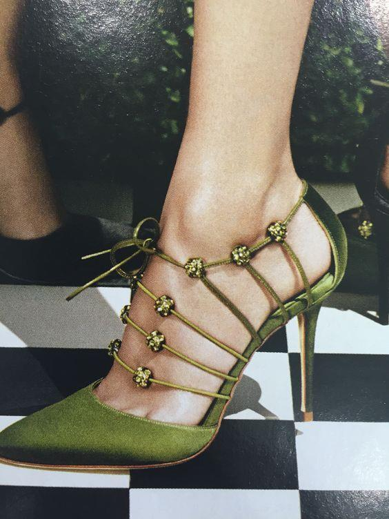 Parlak Ayakkabılar:  Ayakkabılar da bu sezonun canlılığına uyum sağlıyor. Büyük tokalı, renkli ve parlak ayakkabılar bu sezonun trendlerinden.