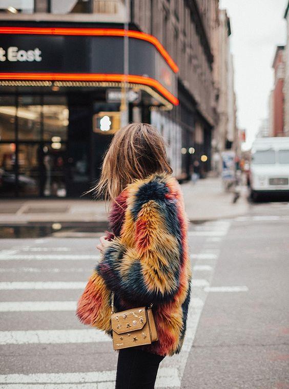 Renkli Kürk ve Peluşlar:  Bu sezon kürkler klasik duruşunun dışında renkli,canlı ve iddialı renkleriyle karşımıza çıkacak.