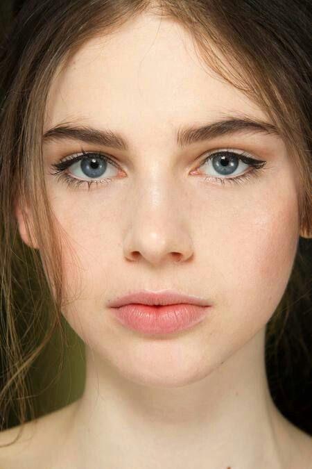 Cildinizi Nemlendirin:  Sağlıklı ve aydınlık bir cilde sahip olmak için yapmanız gereken ilk ve en önemli kural cildinizi nemlendirmek. Makyaj öncesi ya da sonrası cildi nemlendirmek makyajınızın daha aydınlık görünmesini sağlayacaktır.