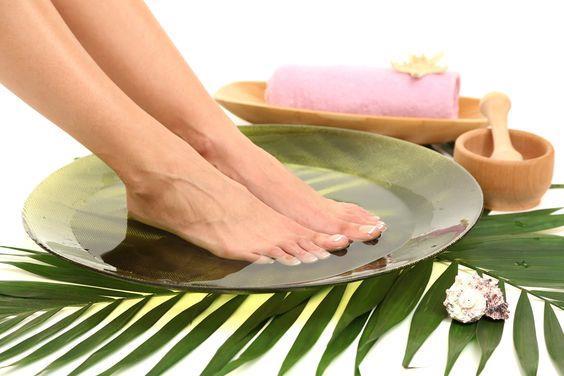 Ayak Kokusunu Giderme:>/b>  Karbonat gün boyu kapalı kalıp terleyen ayaklarınızın kokusunu gidermeye birebir. Ilık suyun içine ekleyeceğiniz 2 çorba kaşığı karbonatta ayaklarınızı bekleterek kokulardan kurtulabilirsiniz.
