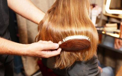 Saç Fırça Ve Taraklarını Temizlemek:   Kullandığınız taraklarda biriken yağ, saçlarınıza tekrar bulaşarak saçlarınızın bakımsız görünmesine sebep olur. Sıcak suya kattığınız bir miktar karbonatla tarağınızı yıkayarak saçlarınızda oluşacak bakımsızlığı giderebilirsiniz.