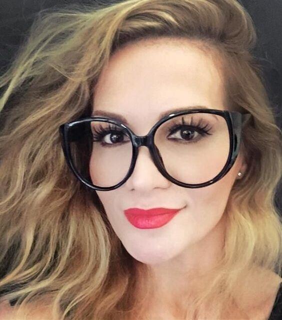 Oversize Çerçeveler:  Geçen senenin yüzü yarım kapatan gözlüklerine son. Bu sene büyük çerçeveli gözlük modelleri yüzü geniş insanların vazgeçilmezi.