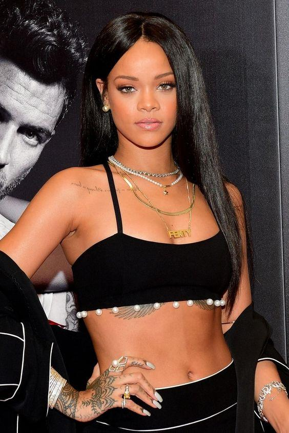 Rihanna'nın markası için uygulaması kolay rujlardan, takma kirpiklere kadar geniş bir koleksiyon oluşturmak istediği söylentiler arasında.
