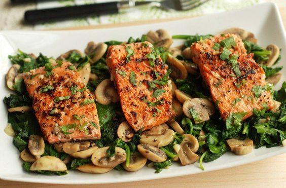 Bu besinleri ihmal etmeyin: Yağlı balık türlerinden somon, sardalya, ton, uskumru gibi balıklar D vitamini ihtiyacınızın tamamını karşılamasalar da D vitamini için iyi bir kaynak oluşturuyorlar.