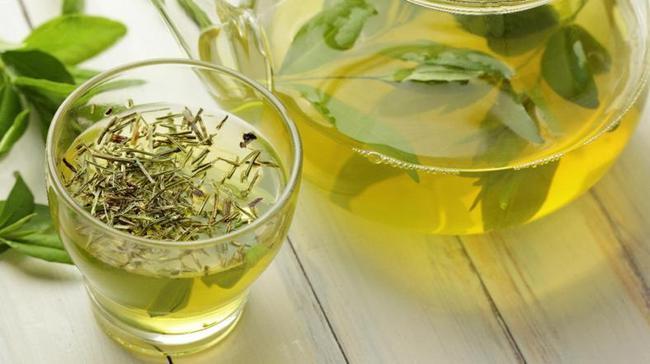 Yeşil Çay:  American Journal of Clinical Nutrition yayımladığı raporda gün içinde birkaç fincan yeşil çay içmenin bir tip fitokimyasal olan kateşin içeriği sayesinde metabolizmayı etkilediğini, yağ oksidayonu ve termogenezisi artırmaya yardımcı olabileceğini belirtmiştir. Bunun özellikle kafeine duyarlı kişiler için ideal bir seçenek olmadığını da ekledikleri raporda böyle bir sorunu olanlar için, yeşil çayda bulunan kateşin türü olan, EGCG'yi konsantre dozda içeren bir supleman almayı deneyebilecekleri şeklinde bir öneride bulunmuşlardır.