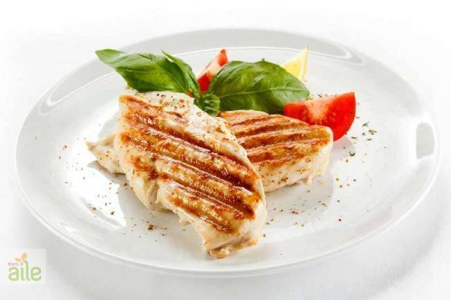 Yağsız Et:  Protein termojenik bir etkiye sahiptir, bu da yediğiniz diğer besinlerle karşılaştırıldığında daha çok kalori yakmak anlamına gelmektedir. Eğer sizde daha az kalori alıp daha çok kalori yakmak istiyorsanız tercihinizi tavuk göğsü gibi beyaz etlerden yana kullanabilirsiniz.