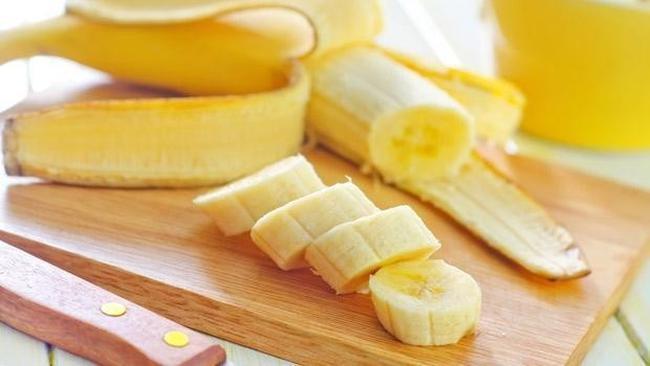 Muz:  Muz ve kurubaklagil gibi besinlerde bulunan dirençli nişastanın vücuttaki yağ oranı üzerinde pozitif bir etkiye sahip olduğu bulunmuştur. Nişasta bağırsaklarda bulunan iyi bakteriler tarafından yağ asidine dönüştürülür ve yemek sonrası yağları metabolize edip birikmesini önleyerek uzun vadede obezitenin azalmasına yardımcı olur.