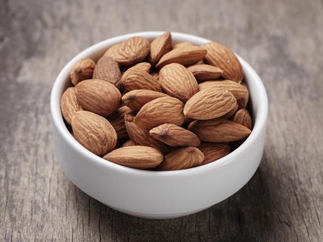 Badem:  Badem ve diğer yağlı tohumlar içerdikleri protein sayesinde, metabolizma hızını artırma etkisi olan kasların yapımına yardım eder.