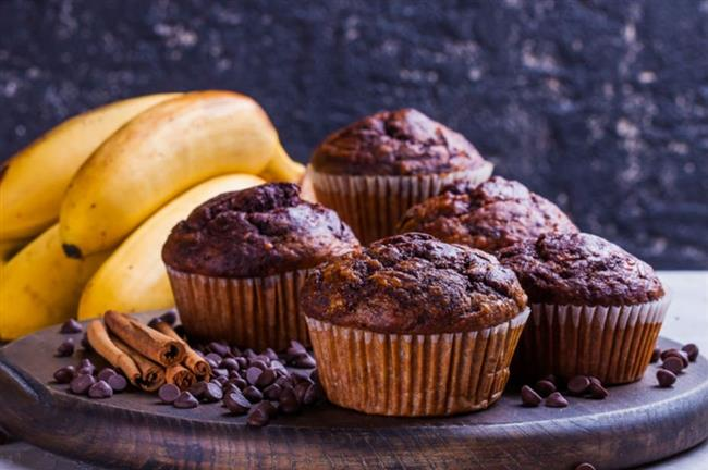 Şekersiz Yağsız Kakaolu Muffin  MALZEMELER  2 adet büyük boy olgun muz  2 adet orta boy olgun avokado  3 yemek kaşığı pekmez  4 yemek kaşığı bal  2 çay kaşığı vanilya özü  1 çay kaşığı tarçın  1 adet yumurta  1 paket kabartma tozu  1,5 su bardağı tam buğday unu  2 yemek kaşığı kakao  1/2 çay kaşığı tuz  PÜF NOKTASI   Tam buğday unu yerine yulaf unu, badem unu gibi daha farklı unlar kullanarak da tarifinizi hazırlayabilirsiniz.  Ancak bu tarz unları kullandığınızda miktarında değişimler olacaktır.Ununuz eksik gelirse mutlaka ekleme de bulunun.  Pekmez ya da bal yerine agave, akçaağaç şurubu kullanabilirsiniz.Hindistan cevizi şekeri de harika bir alternatif olacaktır.Kekinizin daha ağızda dağılan bir kek olmasını istiyorsanız içine 2 yemek kaşığı kadar Hindistan cevizi yağı da ekleyebilirsiniz.Daha yoğun çikolata ve kakao tadı istiyorsanız %99 bitter çikolata ya da bitter damla çikolata ilave edebilirsiniz.  NASIL YAPILIR?  Bir kabın içine ununuzu eleyin.  Ardından üzerine tarçın, kakao, kabartma tozu ve tuzu ekleyerek güzelce karıştırın.Muzların kabuklarını soyun.Avokadoların çekirdeklerini ve kabuklarını çıkartın.Muz ve avokadoları mutfak robotunun içine alın.  Kremamsı bir kıvam elde edene kadar karıştırın.Daha sonra içerisine vanilya özütü, yumurta, bal ve pekmezi ekleyerek mutfak robotunu yeniden çalıştırın.Tüm malzemeler birbiriyle karışınca mutfak robotunu durdurun.Avokadolu-muzlu karışımı kuru malzemelerin üzerine spatula yardımıyla aktarın ve alttan üste doğru güzelce karıştırın.  Ardından muffin kaplarına harcı paylaştırın.Daha önceden ısıtılmış 170 derecelik fırında 30-35 dakika kadar pişirin.Çıkarıp soğumaya bırakın. Soğuduktan sonra afiyetle tüketin.