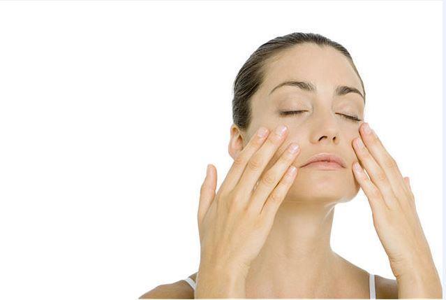 Zeytinyağı:  Zeytinyağı her derde deva. Göz altları için de kullanılabilir. Zeytinyağına bir parça pamuk batırıldıktan sonra, bu pamuğu göz altındaki koyu halklara koyup 10 dakika bekletmek morlukların azalmasında etkili olacaktır.