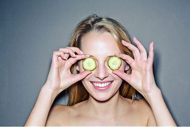 Salatalık:  Salatalık kullanarak da göz altlarına bakım yapılabilir. Kabuklarıyla beraber rendelen salatalığın suyu buzdolabında bekletildikten sonra, pamuk yardımıyla soğuk olarak göz altlarına ve göz kapaklarına sürülür ve on beş dakika kadar bekletildikten sonra sürülen bölgeler iyice yıkanır.  Kaynak: Kozmy