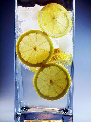 Beyin Fonksiyonlarını Düzenliyor  Potasyum kaynağı olan limon, kalp, sinir ve beyin fonksiyonlarının düzenli çalışmasını sağlar. Muz sevmeyenler için ideal bir alternatif olduğunu söyleyebiliriz.