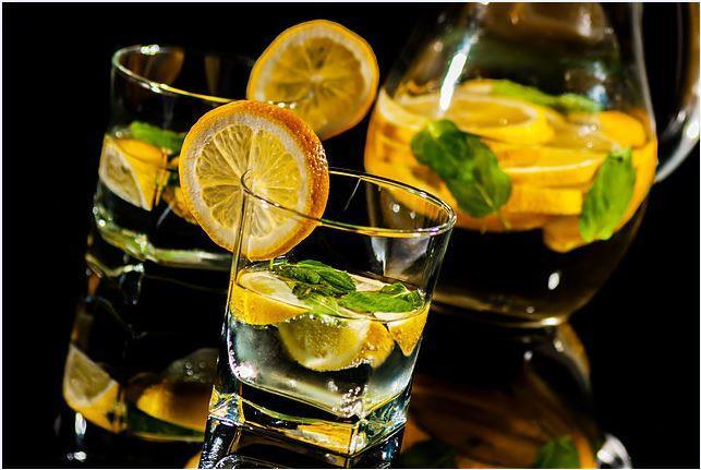 Cilt Lekelerini Azaltıyor  Cilde iyi gelir. Limon suyu güçlü bir antioksidan olarak cilt lekelerini azaltıp ciltteki kırışıklıkların giderilmesine yardımcı olur. Uzun süredir geçmeyen yara izlerine limon suyu sürdüğünüzde etkisini göreceksiniz