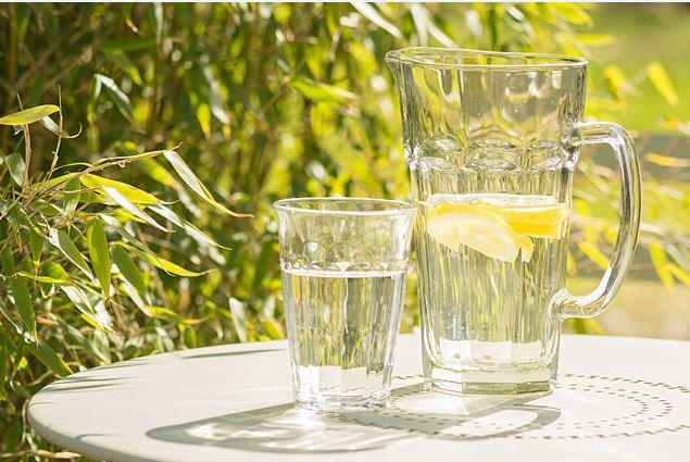Asit Miktarını Azaltıyor  En alkali meyvelerden biri olması sebebiyle ph değerini dengeler. Ayrıca içeriğindeki sitrik asit vücutta asit oluşumuna sebep olmaz. Her gün limonlu su içtiğiniz takdirde vücudunuzdaki toplam asit miktarı da zamanla azalacaktır.