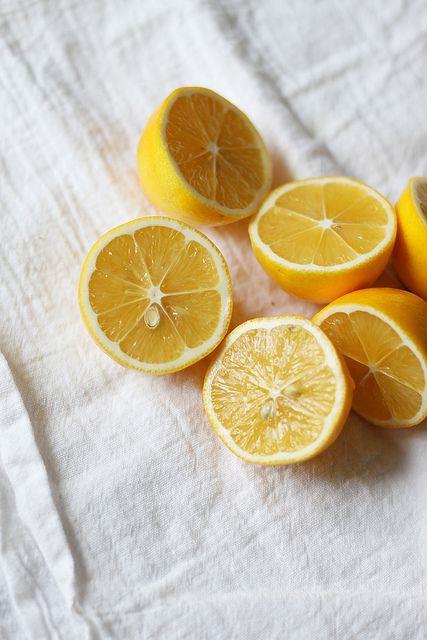 Nefesinizi Ferahlatıyor  Taze ve ferah bir nefes için oldukça etkili. Nefesinizin kötü kokmasını önlerken, dişeti iltihaplarının ve diş ağrılarının geçmesine yardımcı olur. Fakat limonu direk dişinize sürmemeye dikkat edin, aksi halde diş minesine zarar verebilirsiniz. Dişlerinizi limonlu su içtikten sonra fırçalayın, etkisini fark edeceksiniz.