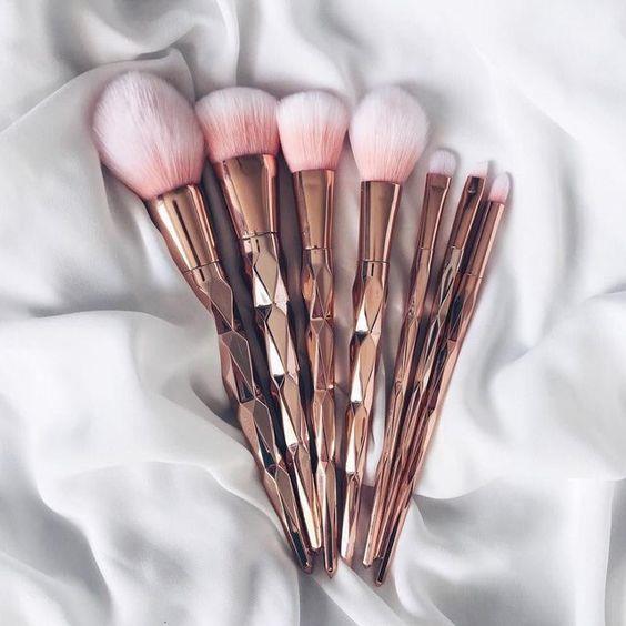 Makyaj Fırçaları:  Makyaj fırçaları yüzümüzde bulunan bakteri ve sivilceleri taşır bu yüzden makyaj fırçalarını paylaşmak iyi bir fikir olmayailir.