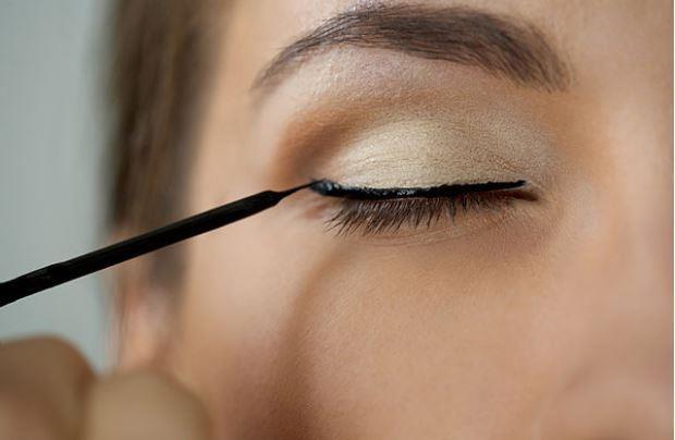 Eyeliner:  Maskaralar gibi eyelinerlar da ıslak bir yapıya sahip.