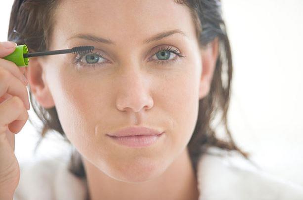 Maskara:  Maskaralar ıslak yapısı nedeniyle göz bakterilerinin üremesine ve göz enfeksiyonlarına sebep oluyor.